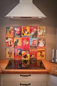 cuisine plaque crédence de cuisine réalisée avec affiches métalliques plaque de