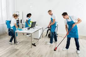 nettoyage bureau groupe de mâle et femelle concierges en uniforme nettoyage le bureau
