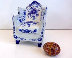 vintage ceramic blue and white overstuffed chair marked nantucket