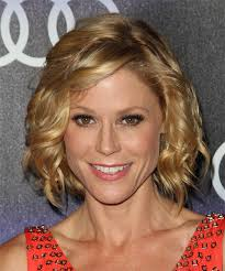 modern family hairstyles julie bowen medium wavy formal hairstyle with side swept bangs