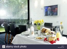 petit d駛euner au bureau salle de réunion mur télévision écran plat table de conférence