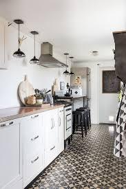 Interior Decorating Kitchen by Küche In Schlauchform Mit Barhockern Und Bodenbelag Als Eyecatcher