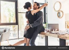 baise au bureau embrassant au bureau photographie dimabaranow