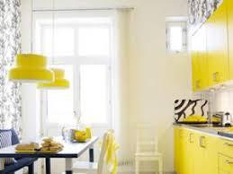 cuisine jaune citron en cuisine les couleurs vives donnent le ton par designiz
