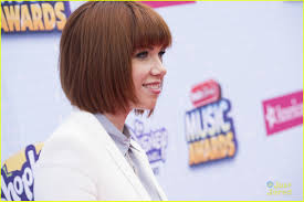 carly rae jepsen hairstyle back carly rae jepsen megan nicole keep it classic for rdmas 2015 red