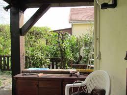 comment fermer une pergola fermeture d u0027un côté de terrasse couverte au jardin de mo et marc