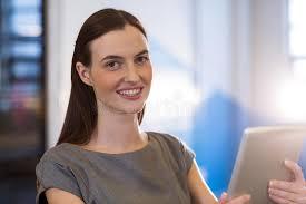femme nue au bureau femme d affaires à l aide du comprimé numérique dans le bureau