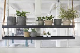 le de cuisine suspendu une étagère métal suspendue au plafond dans la cuisine