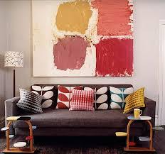 canap interiors coussins orla kiely coussins colorés sur canap sombre tableau