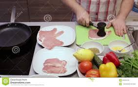 marteau cuisine le porc de cuisinier bat le marteau dans la cuisine vidéos