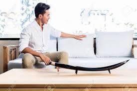 canapé asiatique indonésien asiatique assis sur le canapé lit dans magasin de