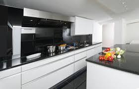 cuisine blanche avec plan de travail noir plan de travail pour cuisine blanche sofag