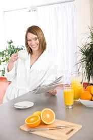 Le Journal De La Femme Cuisine Cuisine Femme Déjeuner Femme Avec Le Journal Dans La Cuisine Photo Stock Image