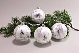 eis weiss landschaft christbaumschmuck und weihnachtskugeln