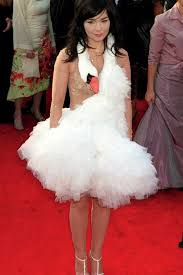 swan dress dead looking swan anyone björk s swan dress from the 2001