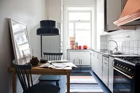 cuisine toute un coin repas scandinave avec une suspension bumling