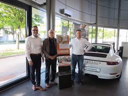 Porsche Zentrum Baden Baden Spendenübergabe Autohaus übergibt An Förderverein Krebskranker