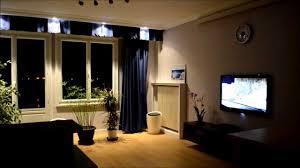 salle de cinema chez soi installation vidéoprojecteur home cinema avec rideaux électriques
