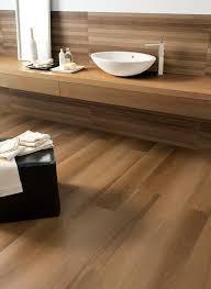 badgestaltung fliesen holzoptik holz im bad der trick mit holz badezimmer accessoires feel und