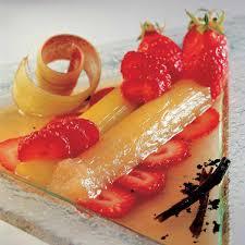 aux fraises cuisine recette nage de rhubarbe aux fraises cuisine madame figaro