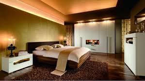 schlafzimmer design mit kommode pflanzen und weiß wandfarbe