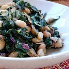 cuisiner les feuilles de betteraves rouges feuilles de kale et de betteraves haricots blancs et pancetta