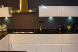 casanaute cuisine cuisine laquée blanche plan de travail granit noir cuisine