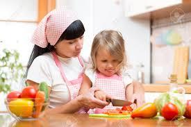 enfant cuisine mère enseignement enfant qui fait la salade dans la cuisine maman