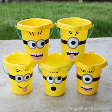 diy minions sand buckets with a free printable pattern
