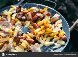 cuisiner des saucisses pommes de terre avec la viande et les saucisses à griller concept