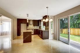 la cuisine de bebert salle cuisine moderne avec armoires bruns mats et sortie à bebert