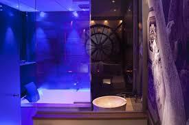 hotel baignoire dans la chambre privatif ou miroir au plafond cet hôtel propose les 2