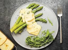 comment cuisiner des asperges blanches crostinis d asperges blanches au serrano et raclette richesmonts