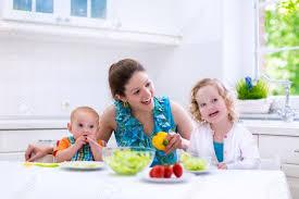 cuisine avec enfant maman et deux enfants de cuisson dans une cuisine parent et