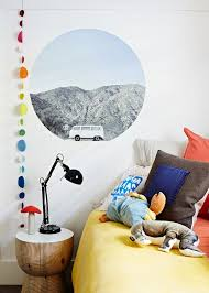 deco theme voyage une chambre enfant rétro avec couleurs pastel et sticker photo