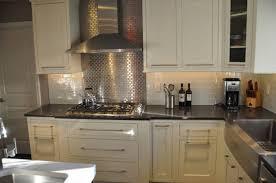 cuisine avec credence inox cuisine aménagée avec crédence carrelage inox