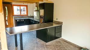 pied de plan de travail cuisine cuisine en frene laque noir plan de travail et credence en stratifie
