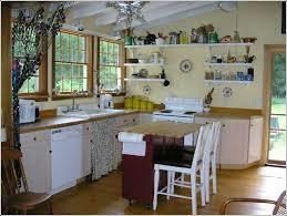 kleine kche einrichten kleine küchen einrichten kleiner küchentisch hellgelbe wandfarbe