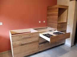 cuisine vieux bois cuisine qui revalorise du vieux bois en cours de réalisation