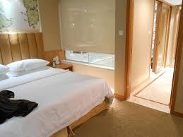 schlafzimmer mit bad blick vom schlafzimmer ins bad mit fenster hotel jinling plaza