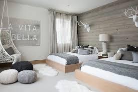 decoration chambre chambre scandinave grise avec fauteuil gamac trophées déco et poufs