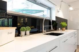 cuisine en verre blanc superb modele cuisine noir et blanc 8 cr233dence de cuisine en
