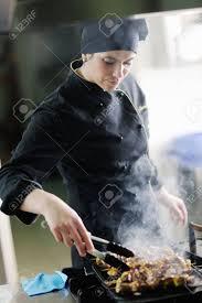 chef de cuisine femme prepare femme chef de cuisine et de décoration des plats