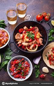cuisine mexicaine fajitas concept de cuisine mexicaine salsa des tortillas des haricots