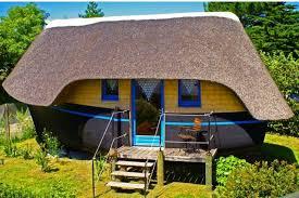 chambres d hotes originales dormir dans une coque de bateau une expérience insolite voyage