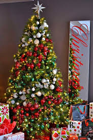 christmas tree decorating 25 creative and beautiful christmas tree decorating ideas