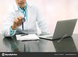 sexe au bureau travail de médecin de sexe masculin sur le bureau à l hôpital