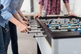 jeu de travail au bureau les employés jouer table soccer jeu intérieur dans le bureau pendant