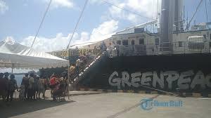 layout pelabuhan benoa wisatawan kunjungi kapal legendaris greenpeace rainbow warrior di
