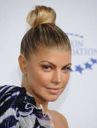 fergie earrings fergie s top knot at a decade of difference gala hair